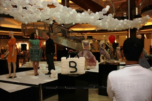 A TWIST ON COUTURE: a fashionable display of creations in balloons (Dubai 2009)